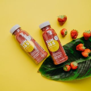 Spring may still be taking its time, but you can always find some sunshine ir our bottles! 🍓☀️ #sun365 #fresh #raw #vegan #strawberry #smoothie #drinkthesun